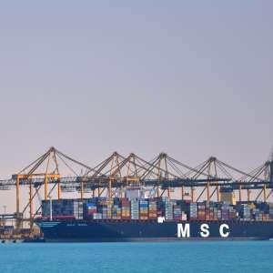 أكبر سفينة شحن في العالم ترسو بميناء الملك عبدالله