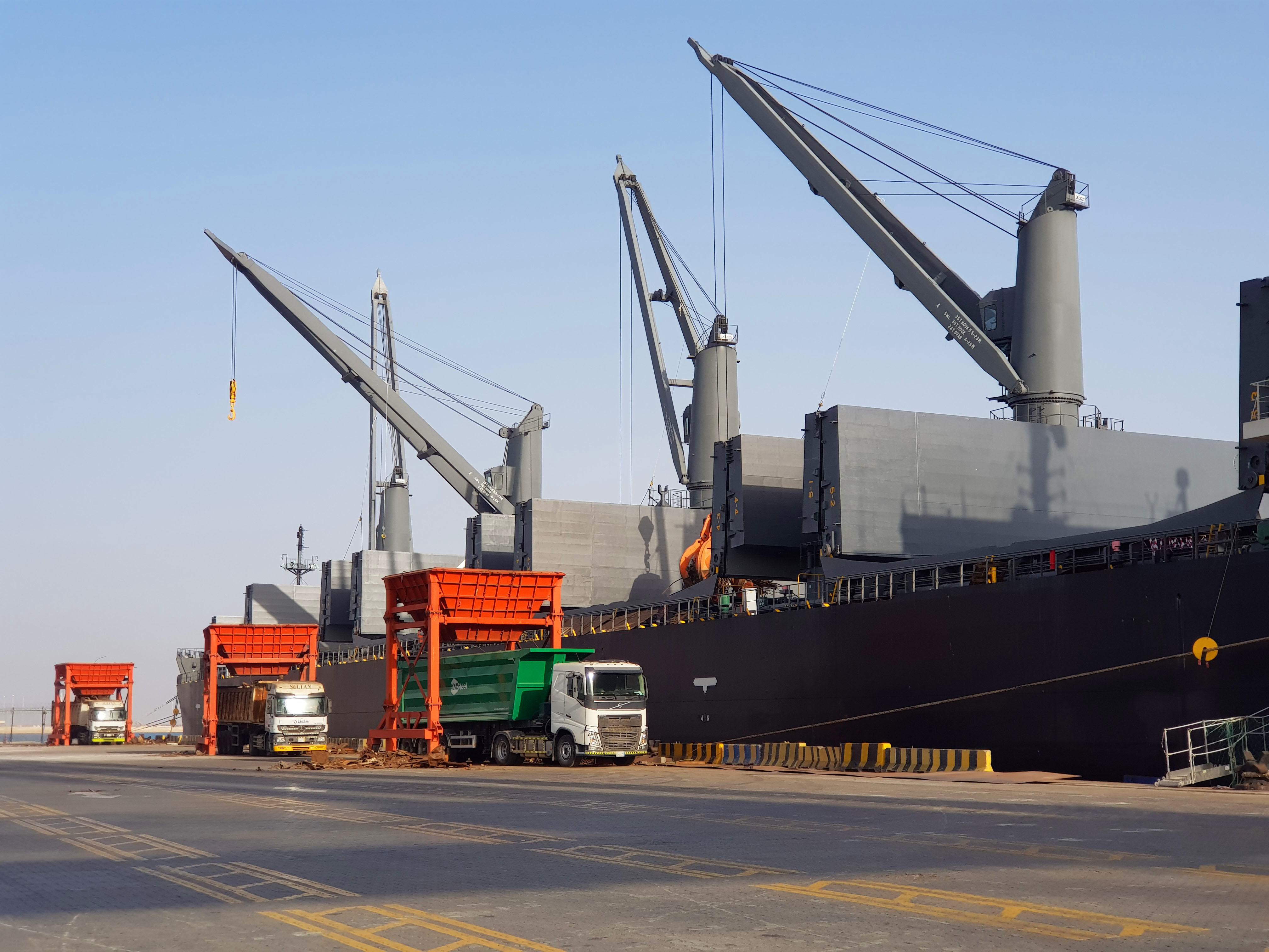 ميناء الملك عبدالله يحقق إنجازاً جديداً في مناولة البضائع السائبة